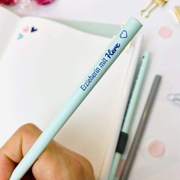 Erzieherin mit Herz - blauer Bleistift in Benutzung